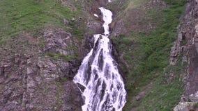 Cascada alpina escénica metrajes
