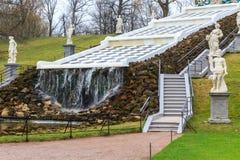 Cascada artificial en el jardín del palacio de Peterhof Fotografía de archivo libre de regalías