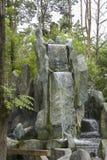 Cascada artificial en el parque Fotos de archivo