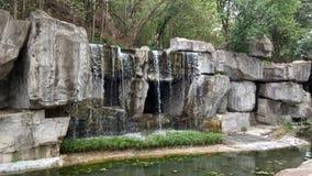 Cascada artificial en el parque de Shunfengshan, Shunde imagenes de archivo