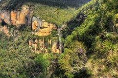 Cascada azul de las montañas Imagenes de archivo
