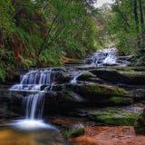Cascada azul de las montañas, Australia foto de archivo libre de regalías