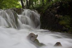 Cascada brumosa hermosa del agua Imagenes de archivo