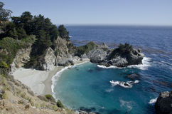 Cascada central rugosa de la costa Foto de archivo