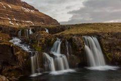 Cascada cerca de Kirjufell - Islandia, costa oeste Imagen de archivo libre de regalías