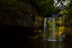 Cascada cerca de una cueva Imagen de archivo libre de regalías
