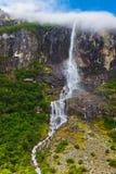 Cascada cerca del glaciar de Briksdal - Noruega Imágenes de archivo libres de regalías