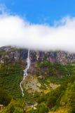 Cascada cerca del glaciar de Briksdal - Noruega Imagenes de archivo