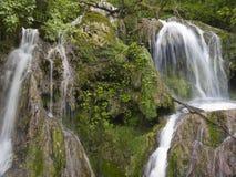 Cascada cerca del pueblo hermoso Krushuna Fotos de archivo