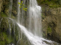 Cascada cerca del pueblo hermoso Krushuna Imagen de archivo