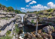 Cascada Cijevna en las rocas Imágenes de archivo libres de regalías