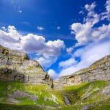 Cascada Cola de Caballo Circo de Soaso en el valle los Pirineos de Ordesa Foto de archivo