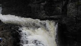 Cascada con agua que cae de un acantilado Agua que cae del acantilado Río de la montaña Cascada de la montaña Barranco Sainte almacen de metraje de vídeo