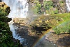 Cascada con el arco iris Fotografía de archivo