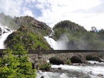 Cascada con el puente Imagen de archivo libre de regalías