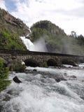 Cascada con el puente Fotos de archivo libres de regalías