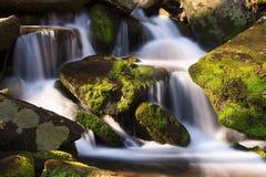 Cascada con las rocas cubiertas de musgo Imagen de archivo libre de regalías