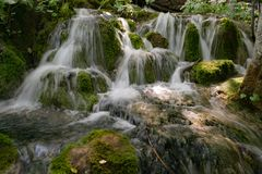 Cascada con las rocas y musgo en el parque nacional de Plitvice, Croacia imagen de archivo libre de regalías