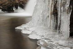 Cascada congelada con los carámbanos foto de archivo libre de regalías