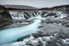 Cascada de Aquarmine en Islandia en día nublado Imagen de archivo