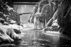 Cascada de Bigar congelada imagen de archivo