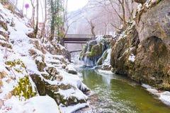 Cascada de Bigar congelada foto de archivo