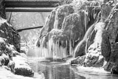 Cascada de Bigar congelada imagenes de archivo