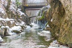 Cascada de Bigar congelada fotos de archivo