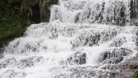 Cascada de conexión en cascada de Dzhurynskyi de la primavera almacen de metraje de vídeo