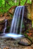Cascada de conexión en cascada en parque del paisaje de Crimea fotos de archivo