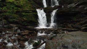 Cascada de conexi?n en cascada en el parque nacional en oto?o metrajes
