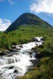 Cascada de debajo la montaña verde imagen de archivo