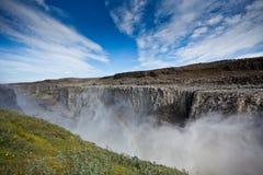 Cascada de Dettifoss en Islandia debajo de un cielo azul Fotos de archivo