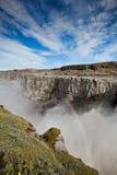 Cascada de Dettifoss en Islandia debajo de un cielo azul del verano Fotos de archivo