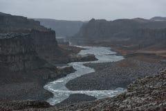 Cascada de Dettifoss en Islandia Río y rocas Montaña en fondo Fotos de archivo