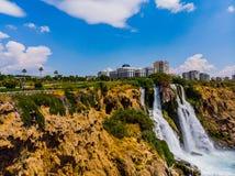 Cascada de Duden en la ciudad de Antalya fotografía de archivo
