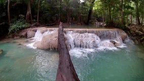 Cascada de Erawan, parque nacional de Erawan en Kanchanaburi, Tailandia almacen de video