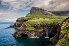Cascada de Faroe Island Gasadalur fotos de archivo