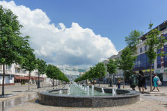 Cascada de fuentes en la calle de la república de Novorossiysk en la parte central de la ciudad de Novorossiysk Rusia fotografía de archivo libre de regalías