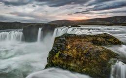 Cascada de Godafoss en Islandia en la puesta del sol Imágenes de archivo libres de regalías