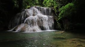 Cascada de Huai Mae Kamin de las atracciones turísticas de la cantidad, almacen de metraje de vídeo