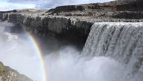 Cascada de Islandia en el fondo de montañas Las corrientes del agua caen del acantilado y caen abajo almacen de metraje de vídeo