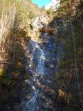 Cascada de Klinser en montañas del gebirge de los totalizadores Imagenes de archivo