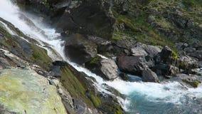 Cascada de Kuyguk que fluye en d?a soleado Monta?as de Altai, Siberia, Rusia metrajes