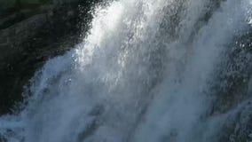 Cascada de Kuyguk que fluye en d?a soleado Agua que cae cristalina Monta?as de Altai, Siberia, Rusia almacen de metraje de vídeo