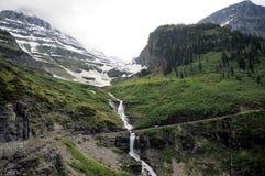 Cascada de la montaña del glaciar del borde de la carretera Foto de archivo libre de regalías