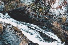 Cascada de la montaña en las rocas Imágenes de archivo libres de regalías