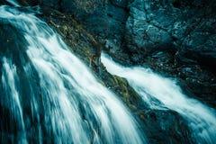 Cascada de la montaña en las rocas Imagenes de archivo