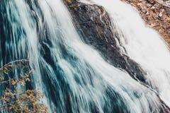 Cascada de la montaña en las rocas Fotos de archivo