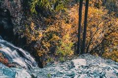 Cascada de la montaña en las rocas Fotos de archivo libres de regalías